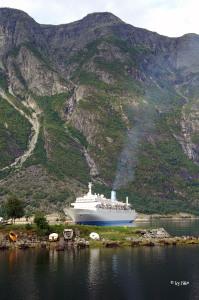 Einfahrt Kreuzschiff in Eidfjord 3