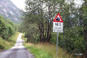 herrliche Straßen in Norwegen mit Gefälle
